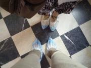 エカテリーナ宮殿では、            床保護の為、靴カバーを着用します。