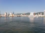 朝10時出航。神戸港が遠ざかってゆきます。