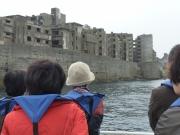 上陸前に島を一周 建物について説明を受けます。