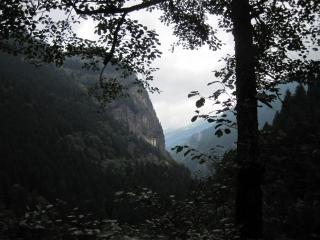 断崖にあるスメラ僧院   真ん中の小さい建物が僧院です。