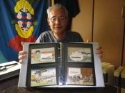 絵葉書ファイルを取り出して見せていただいた笠原喜保さん。収集を始めて十数年になるそうです。