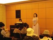 ソプラノとピアノ演奏 すばらしい歌声とピアノ演奏は人々を魅了し至福のひと時でした。 撮影協力:横浜市民広間演奏会・日本郵船歴史博物館