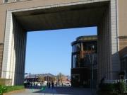桜木町駅寄りから見た赤レンガ倉庫の風景画