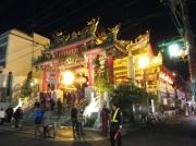 初詣客で賑わう横浜中華街の開帝廟