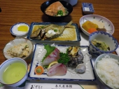 黒島の地元の魚介類を使った「島めし」