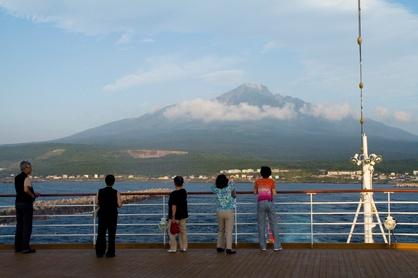 船上から見る利尻富士〈イメージ〉