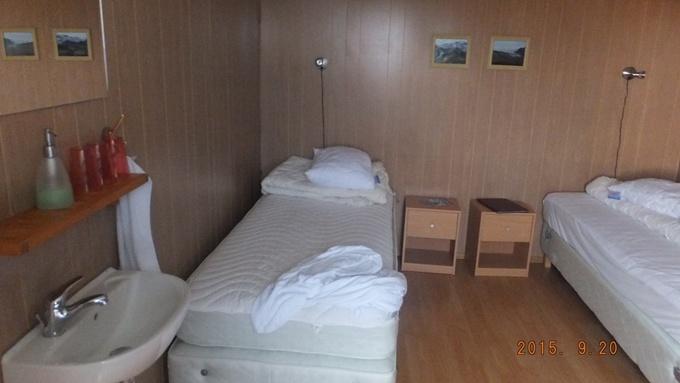 綺麗な寝室です。調理やトイレ、お風呂は室外のものを共有します。