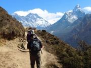 前方にエベレスト峰を望む(標高約3800m付近)